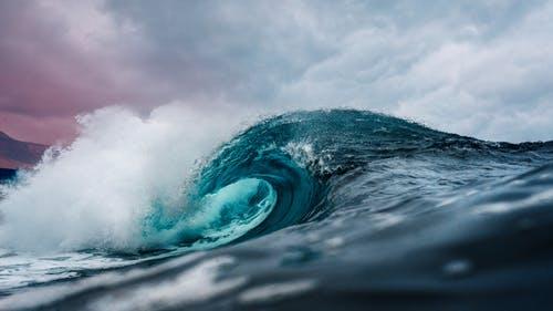 تفسير رؤية البحر الهائج في الحلم