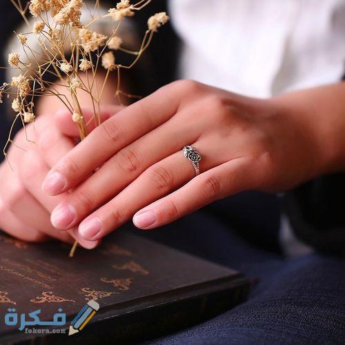 ما هو حكم لبس الخاتم في السبابة ؟