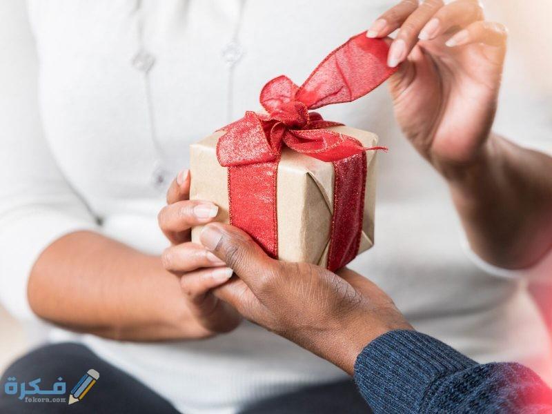 تفسير حلم رؤية الهدية من شخص معروف أو غريب بالتفصيل