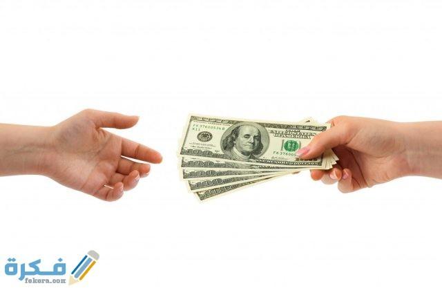 تفسير رؤية الميت يهدي المال في المنام